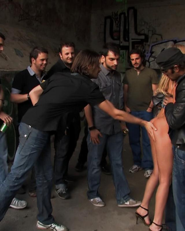 Подлые парни трахают молодую шлюху в публичных местах
