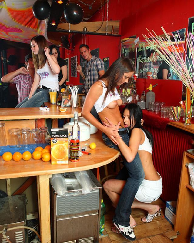 Лесбиянки занимаются любовью в людном баре
