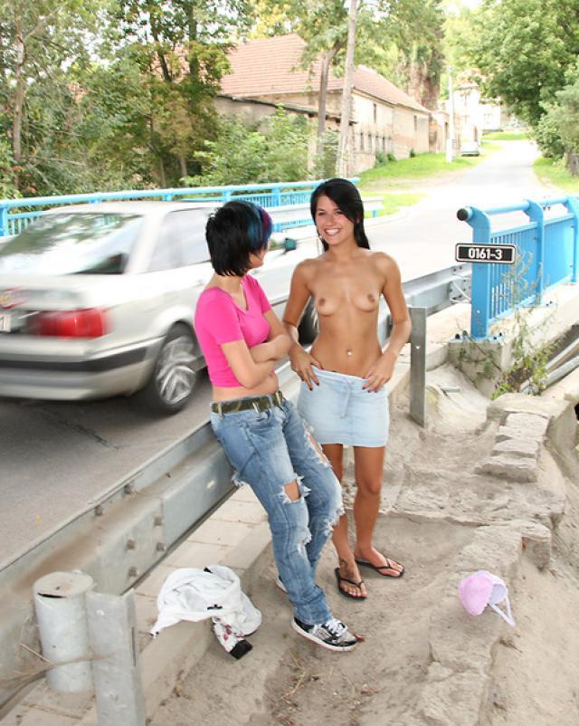 Лесбиянки трахаются со страпоном на дороге