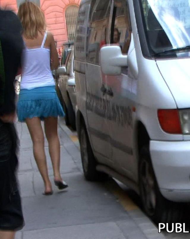 Хулиган снимает со студентки юбку на улице