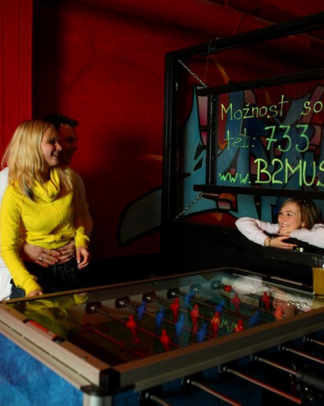 Студентка делает минет ухажеру возле игрового автомата