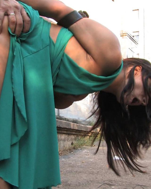 Связанная проститутка и ее сексуальная кара на улице