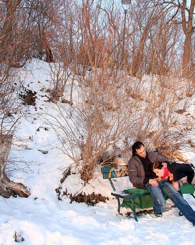 Горячая телка делает минет в зимнем парке