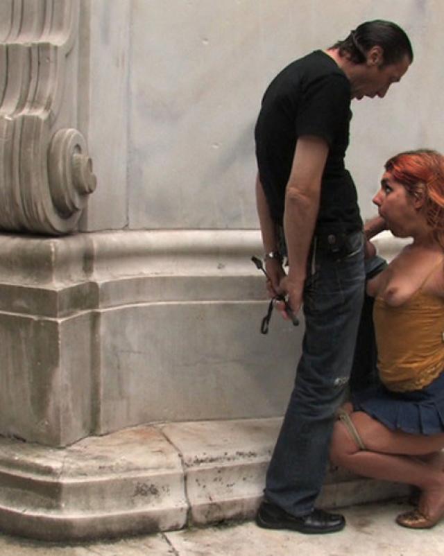 Женщина жестко трахается в уличной групповухе