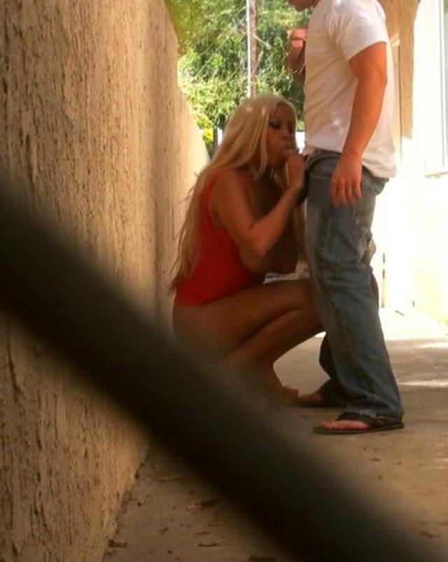 Сисястая блондинка делает глубокий минет на улице