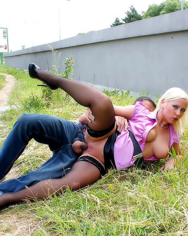Сексуальная женщина трахается с парнем на улице