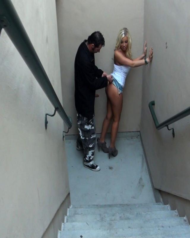 Мужик трахает дешевую проститутку в одежде на улице
