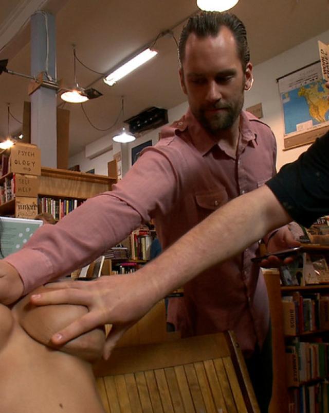 Мужики трахают дешевую шлюху в книжном магазине