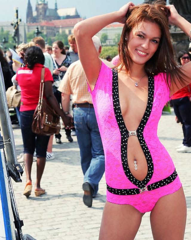 Девушка ходит по улице в открытом нижнем белье
