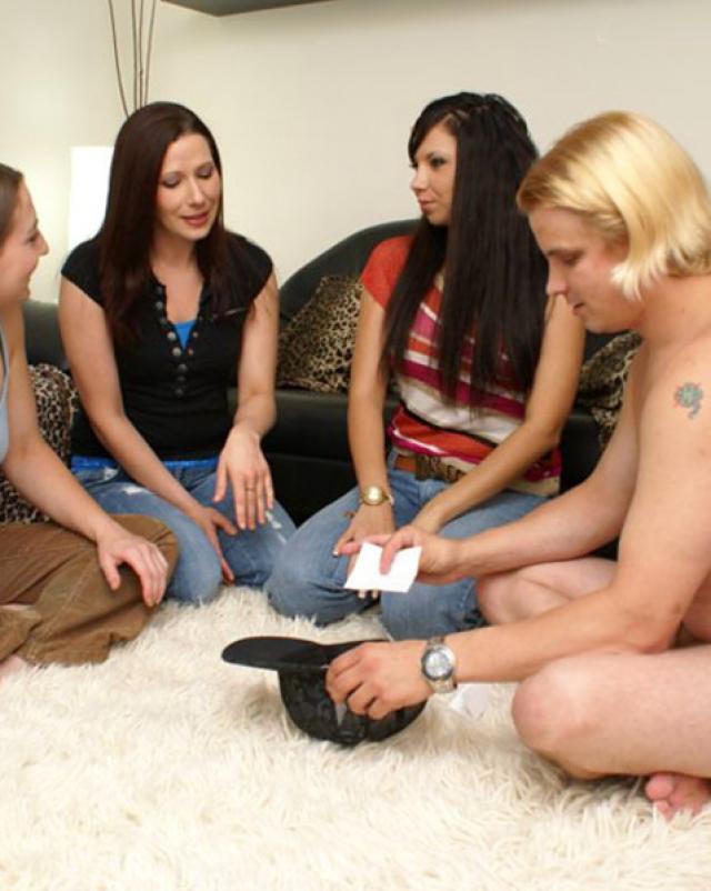 Похотливые студентки используют член блондина в своих целях
