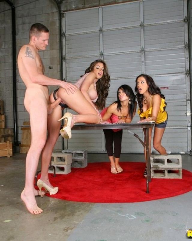 Гламурные девушки пригласили парня на секс толпой в гараже