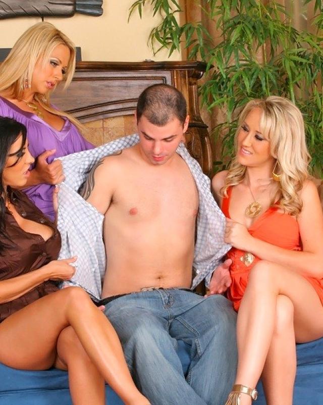 Одетые шлюхи сосут молодой член на веселом девичнике