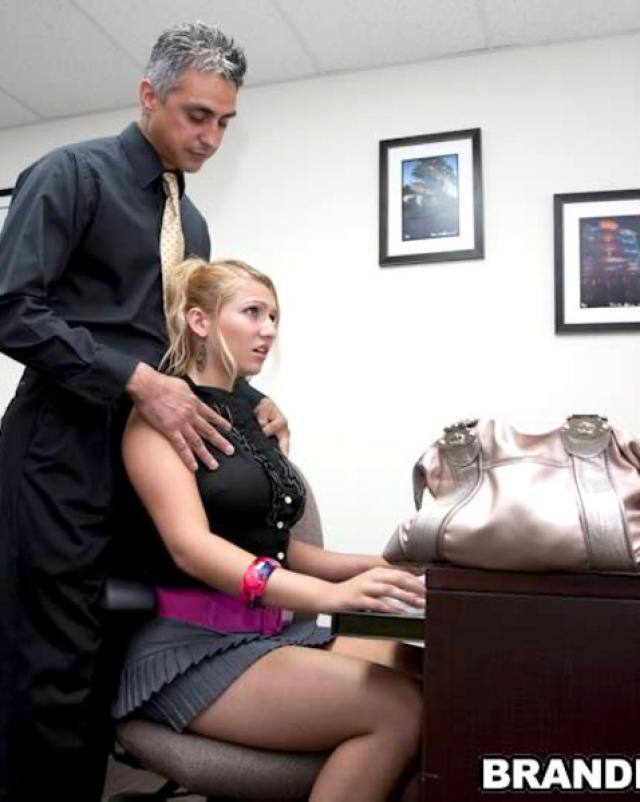 Начальник подвергается сексуальным унижениям в офисе