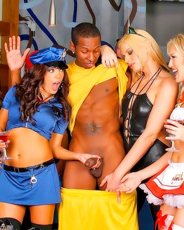 Брюнетка в полицейской форме трахается на вечеринке