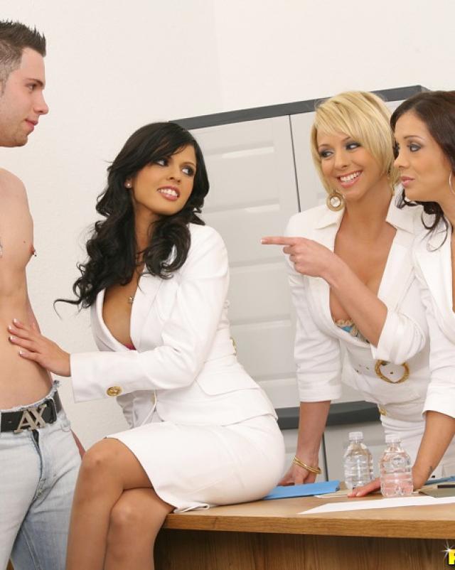 Три офисные шлюхи делят стояк молодого курьера