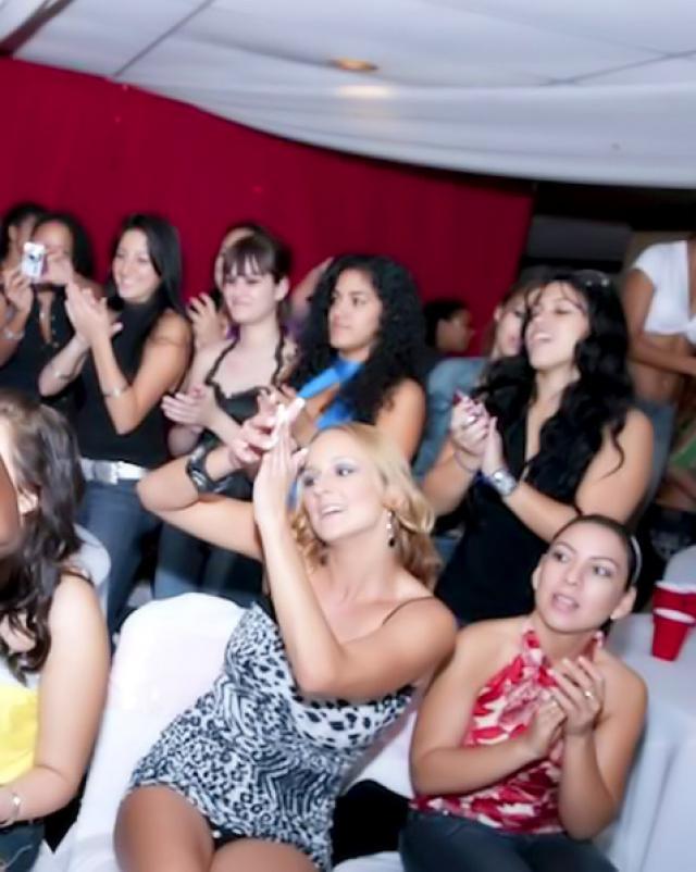 Парень ебет толпу девушек на вечеринке