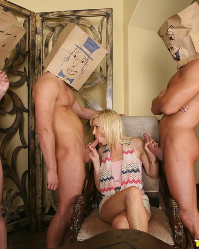 Мускулистые проституты удовлетворяют богатых девушек