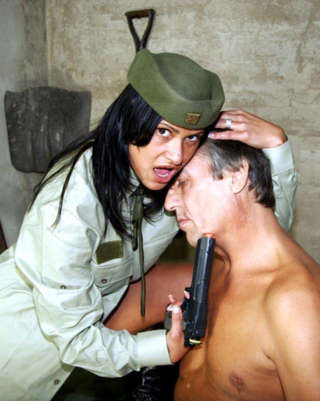 Военный папаша с огоньком трахал молоденькую дочурку