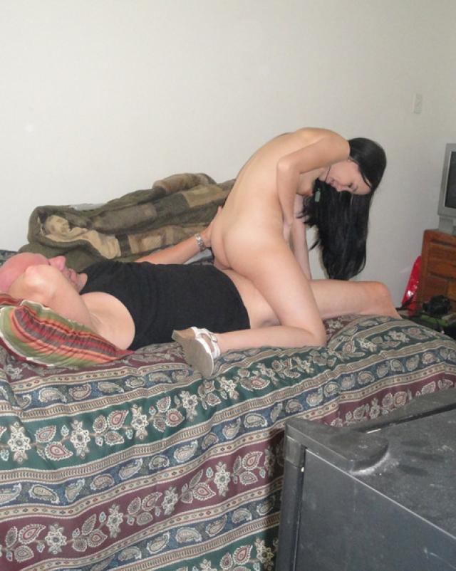 Жесткий секс папы с дочкой после минета на коленках