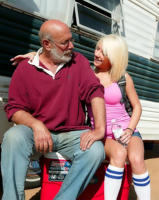 Старый чувак получил веселый отсос от молоденькой девки