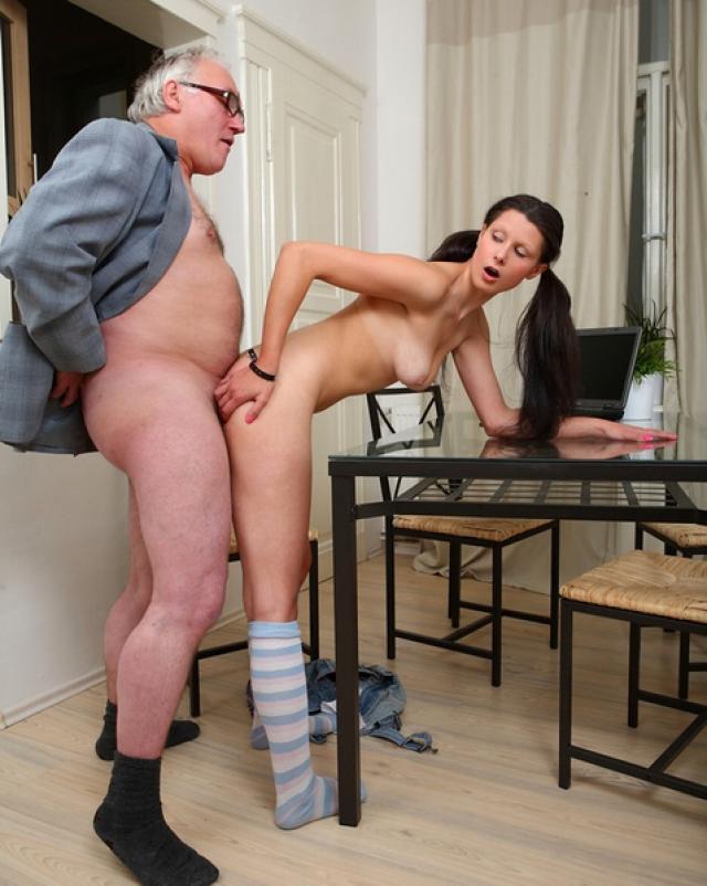 Суровый отец наказательно трахал дочку в носочках на столике