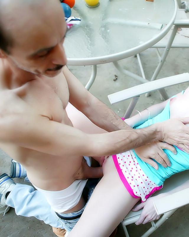 Старый француз с любовью трахал свою молодую дочку