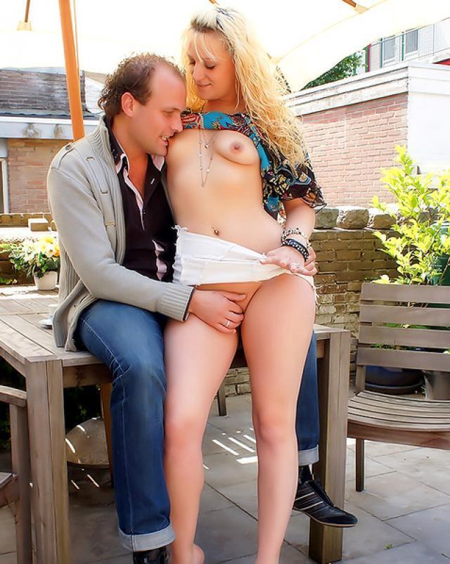Семейный секс во время пикника на улице