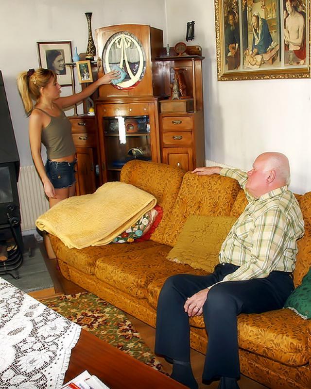Сосет дедушке и впускает член в свою пизду