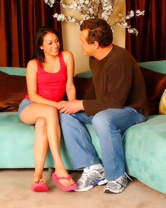 Отчим пробует тугую пизду новой дочери
