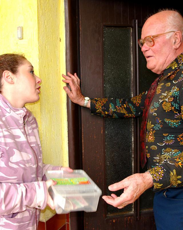 Незнакомка просит милостыню, а получает старый член