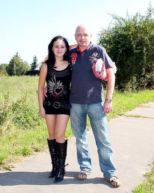 Вышли с дочкой на прогулку и занялись сексом просо на улице
