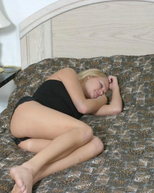 Мужчина отлизывает мокрую писю спящей красавице