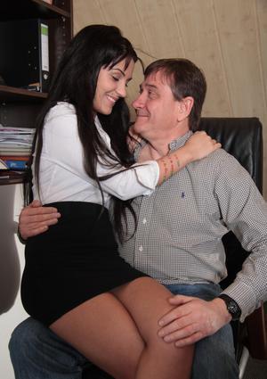 Папа трахает задницу деловой дочери на рабочем столе