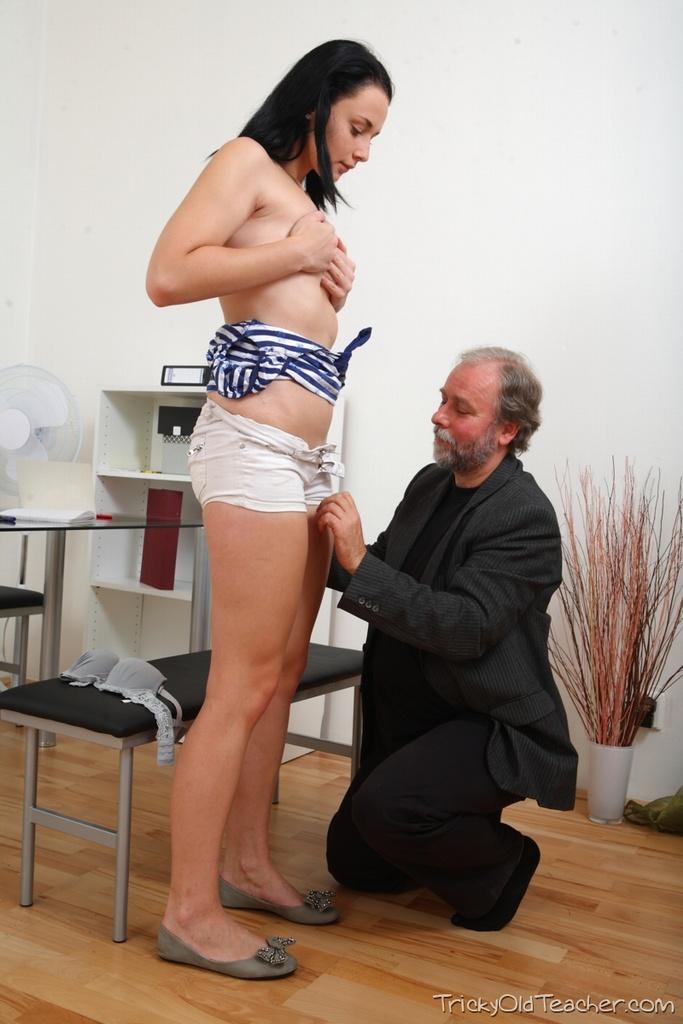 Добрый папаша уговаривает дочку на минет