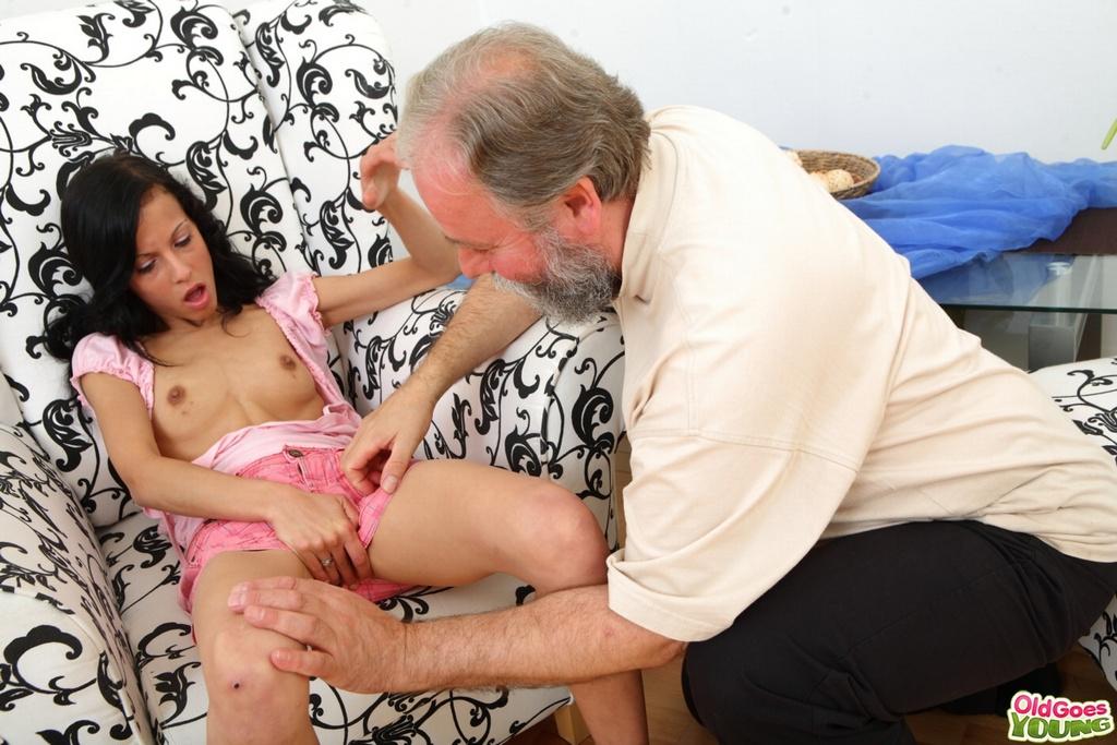 Богатый старик имеет девку с маленькими сиськами