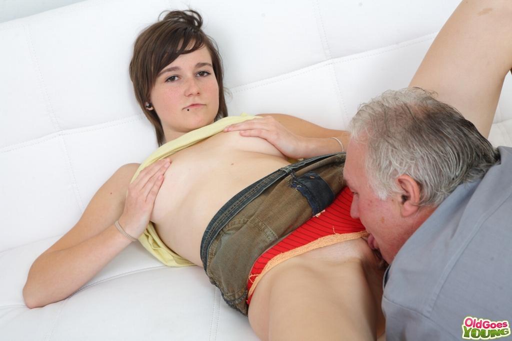 Толстый папаша имеет легкодоступную дочь в киску