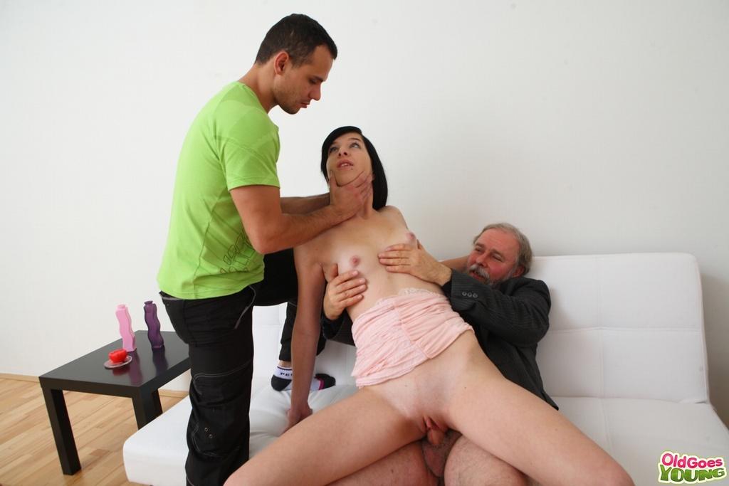 Девка с маленькими сиськами отсасывает член отца