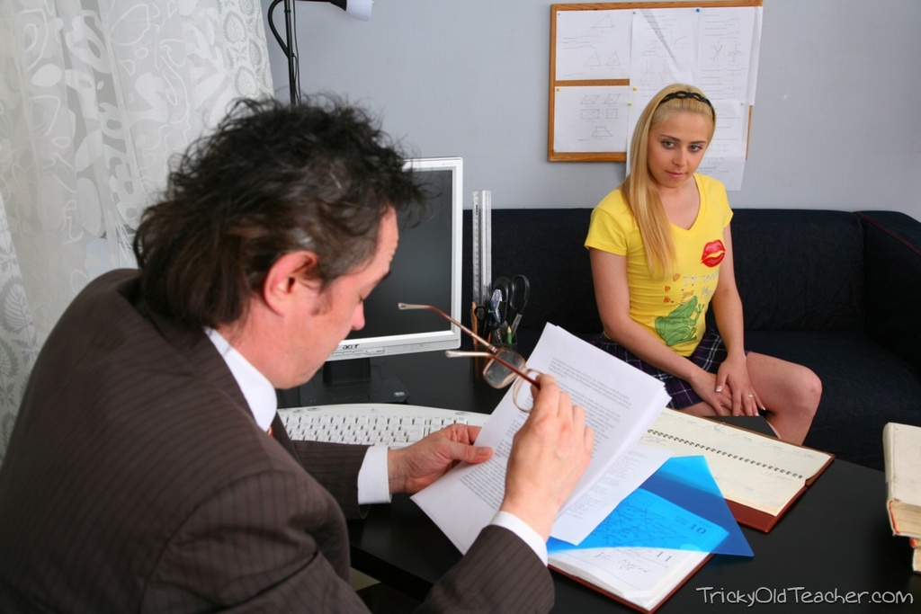 Похотливый отец имеет свою молоденькую дочку на работе