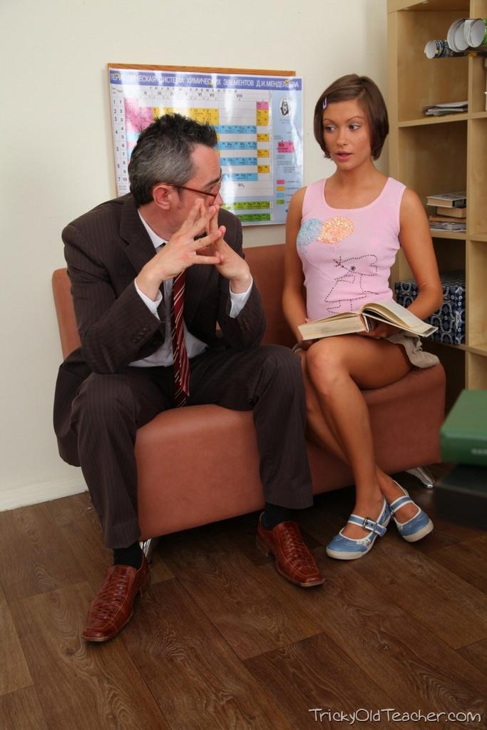 Русская студентка отсасывает своему отчиму в кабинете