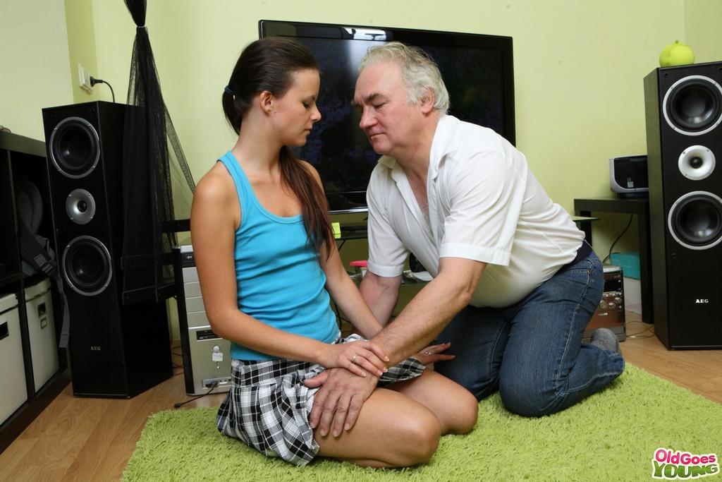 Папаша трахает свою дочурку на глазах ее парня