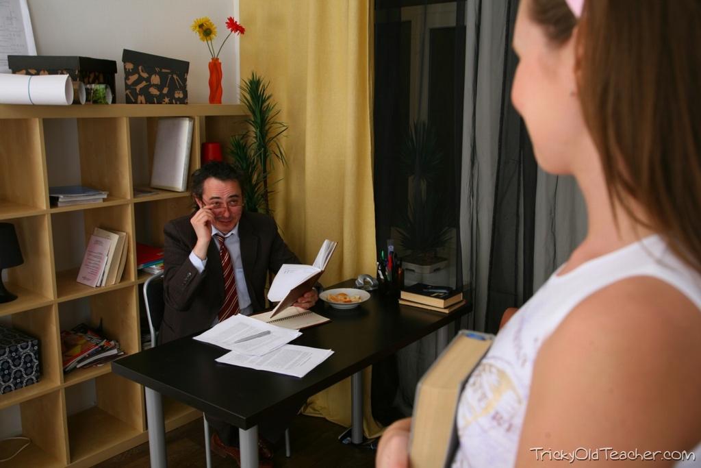 Похотливый папа жарит дочку во влагалище в кабинете