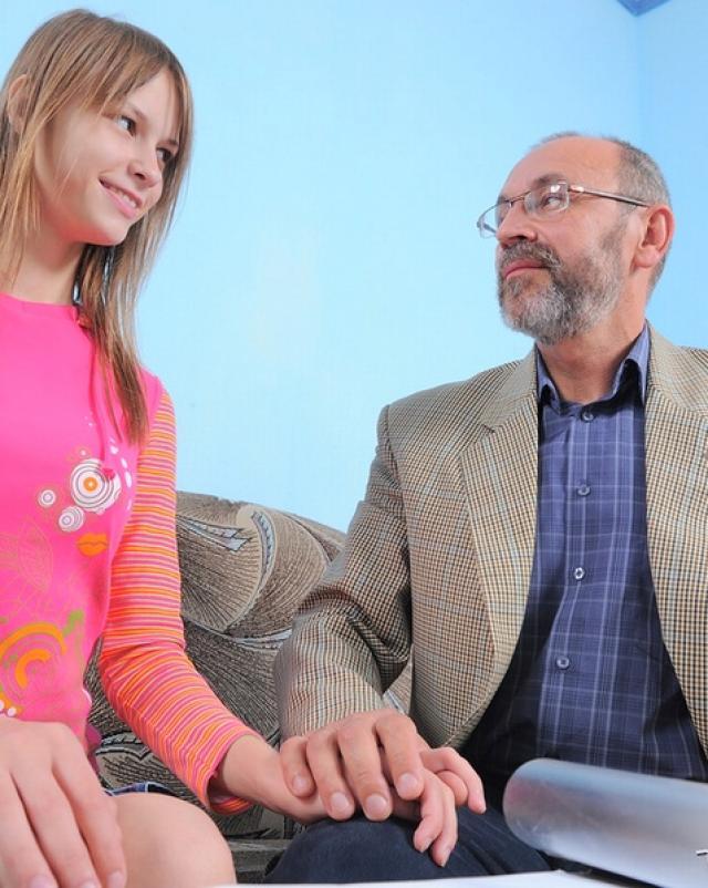Старенький папаша накормил отсасывающую дочурку дозой спермы