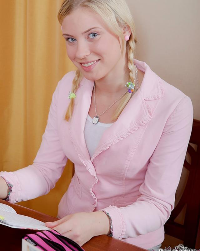 Русская студентка встает раком для анальной порки