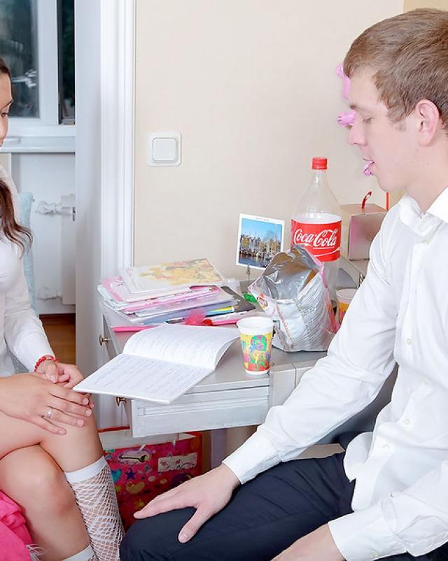 Русская студентка трахается в узкую жопу стоя раком