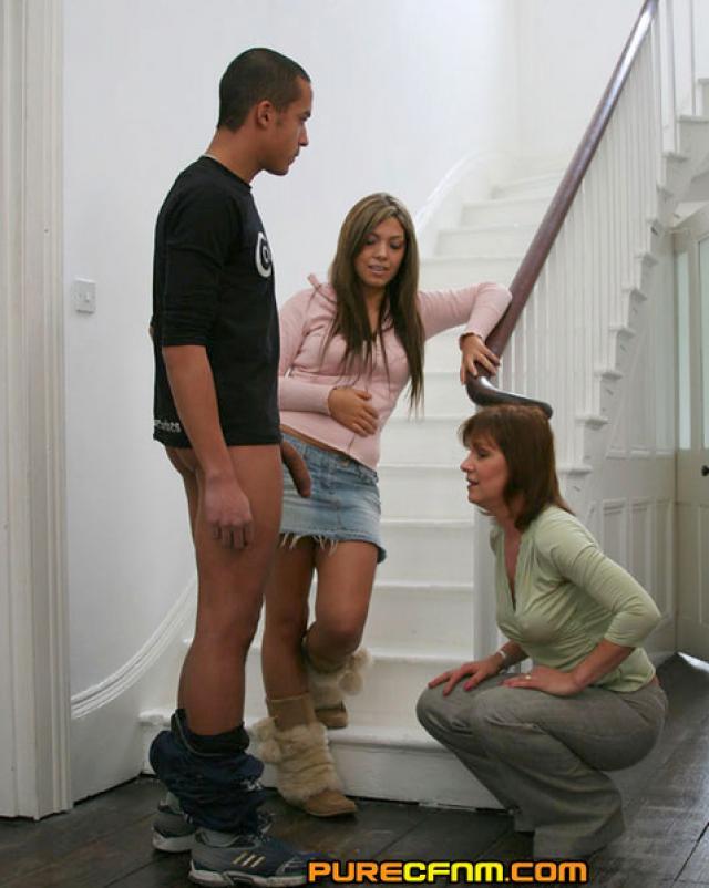 Домохозяйка обсуждает член ухажера своей дочери