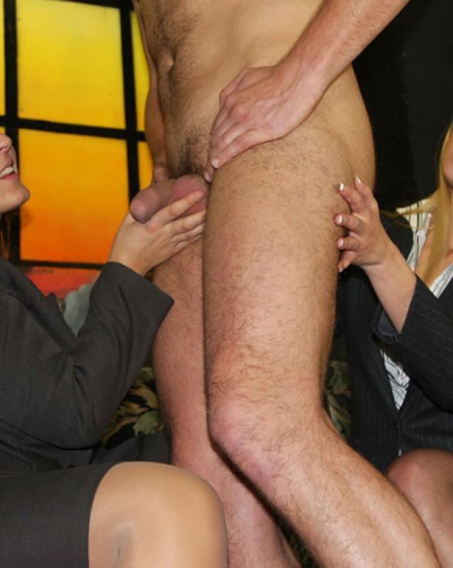 Строгие женщины трахают молодого парня страпоном