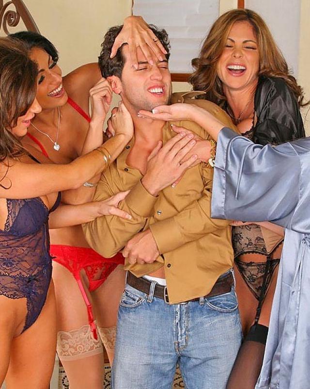 Женщины в эротичном белье делят один член на девичнике