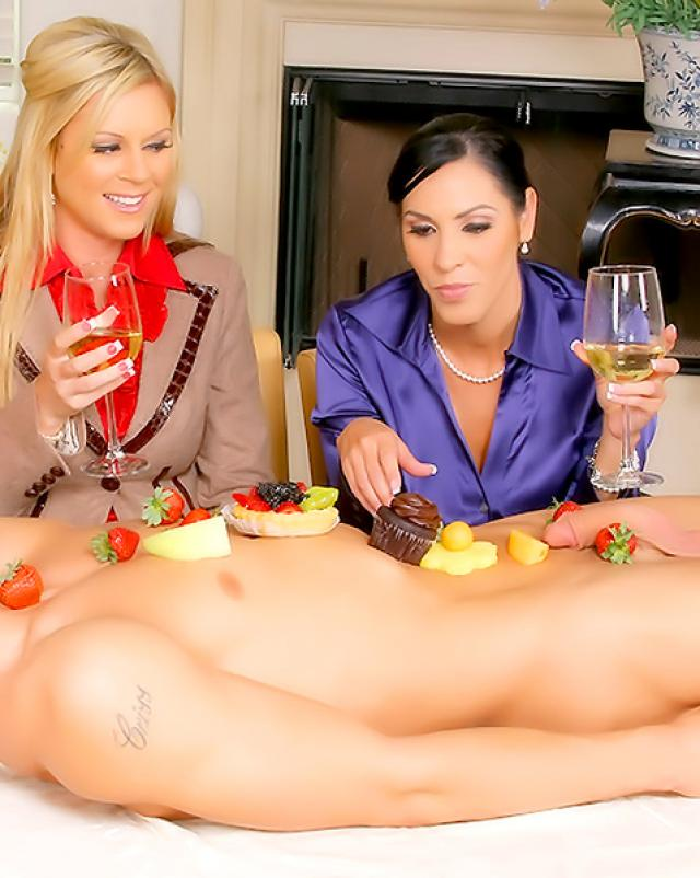 Три богатые леди сладко сосали член парня лежащего на столике