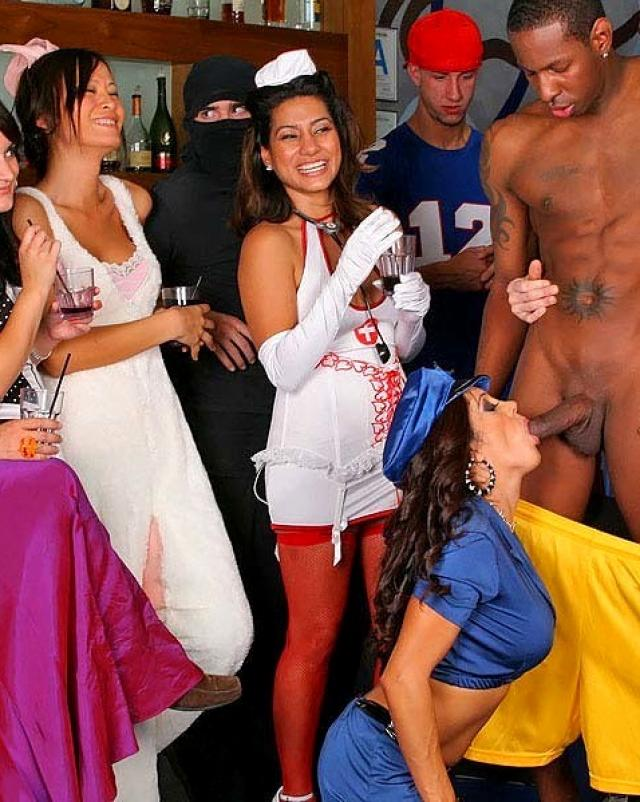 Знойные парни достойно трахали девушек в шикарных костюмах