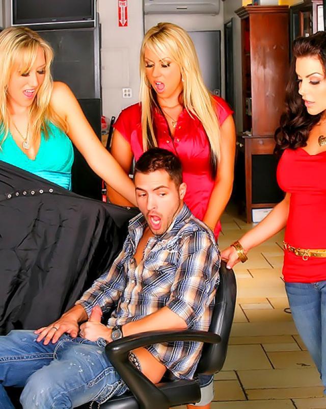 Секс фото парня с двумя и более девушками в массажном салоне